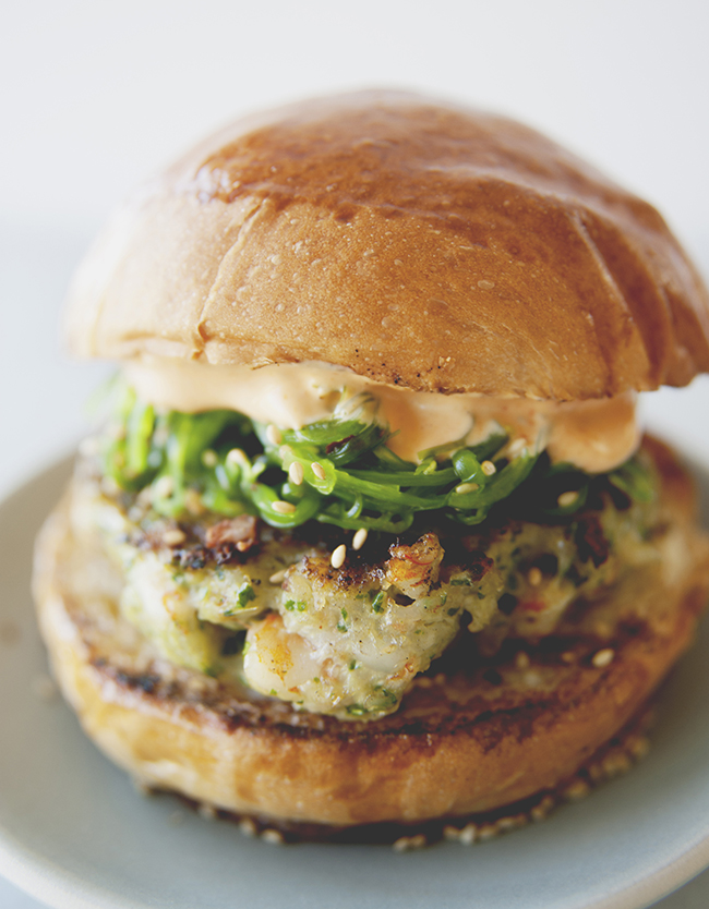 Hamburger di gamberetti con insalata di Wakame