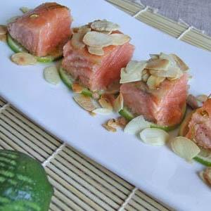 Salmone in infusione con alghe in fiocchi - Le ricette con le alghe per le feste