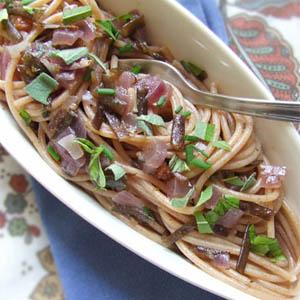 Spaghetti con uvetta, mandorle e alga Spaghetti di Mare - Le alghe nelle ricette per le feste